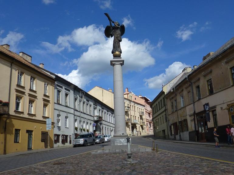 Estatua de un ángel con trompeta en Užupis