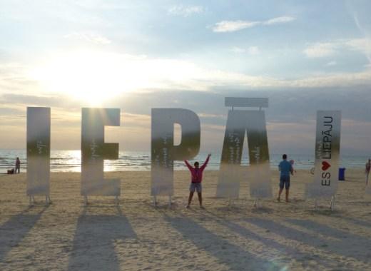 cartel de liepaja en la playa