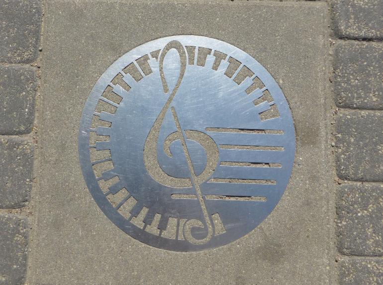 nota musical en el suelo