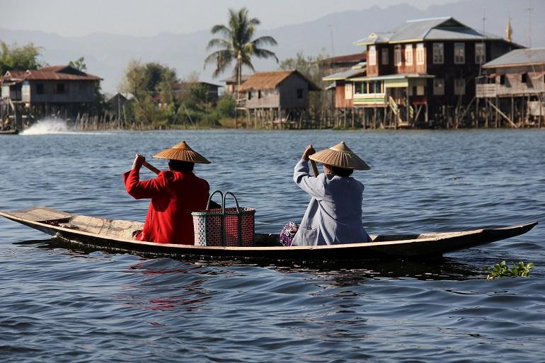 navegar por el río en myanmar