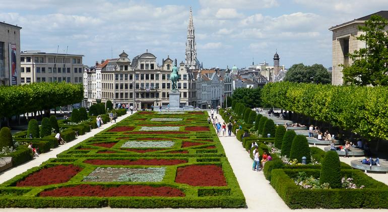 Vista desde el Jardín Mont des Arts con la torre del ayuntamiento al fondo