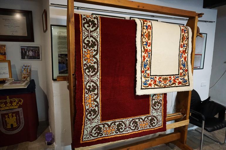 dos alfombras de alcaraz colgadas