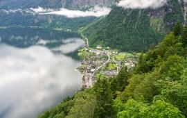 Vista de Hallstatt a orillas del lago desde el tren cremallera