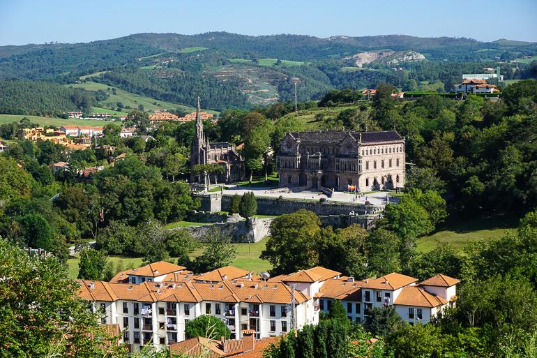 Vista del palacio de sobrellano, en comillas, desde la universidad. Se ve el palacio rodeado de vegetación muy verde. Otro de esos lugares que hay que ver en Cantabria