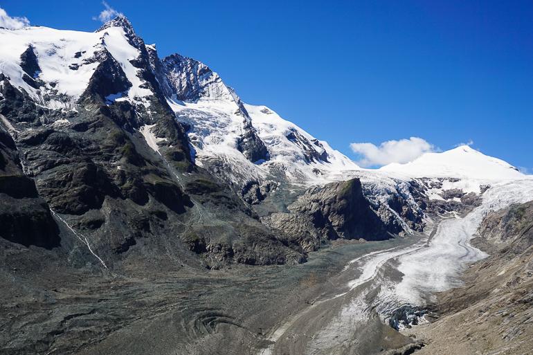 glaciar y montañas nevadas alrededor