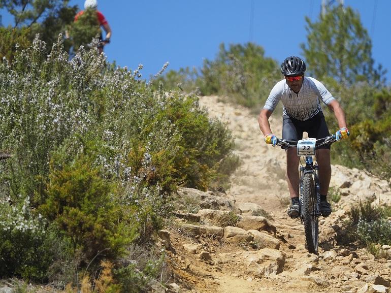 Hombre en bici de montañapor un camino