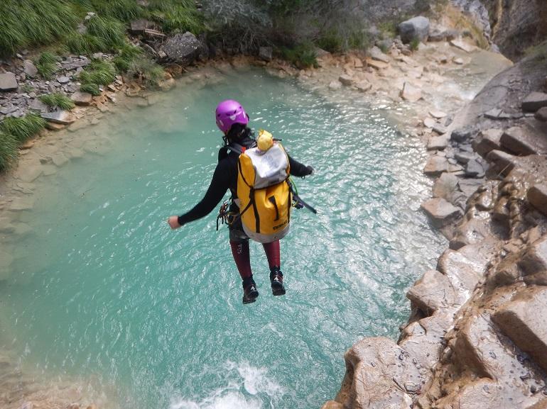 una persona saltando de un barranco
