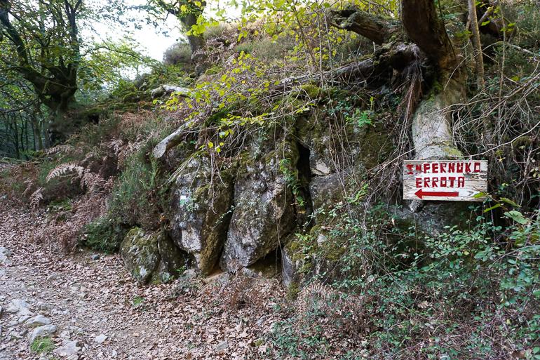 cartel de la senda Infernuko Errota, una de las localizaciones de la trilogía del baztán