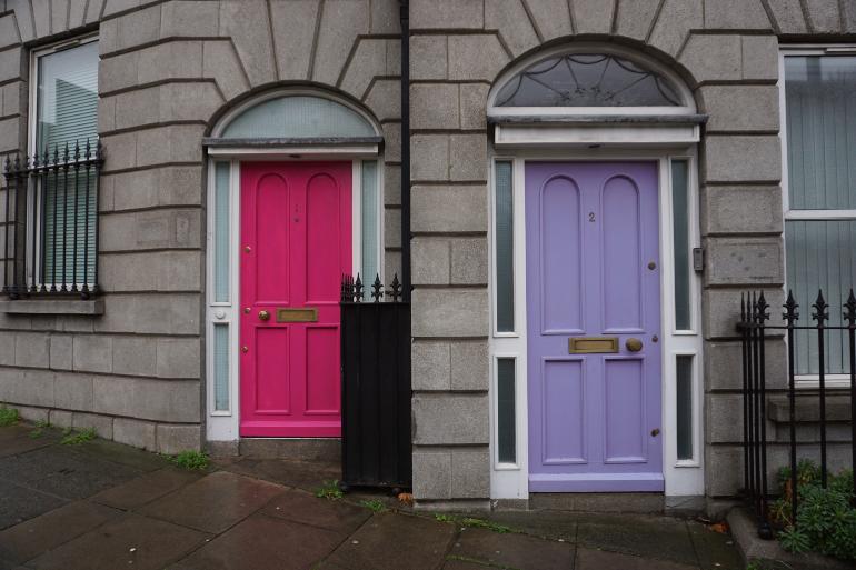puerta rosa y puerta morada