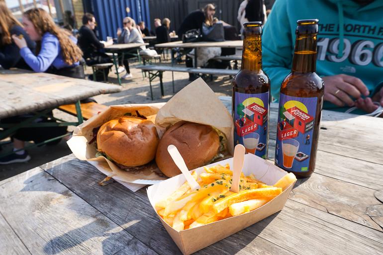 Hamburguesa, patatas fritas y cerveza danesa