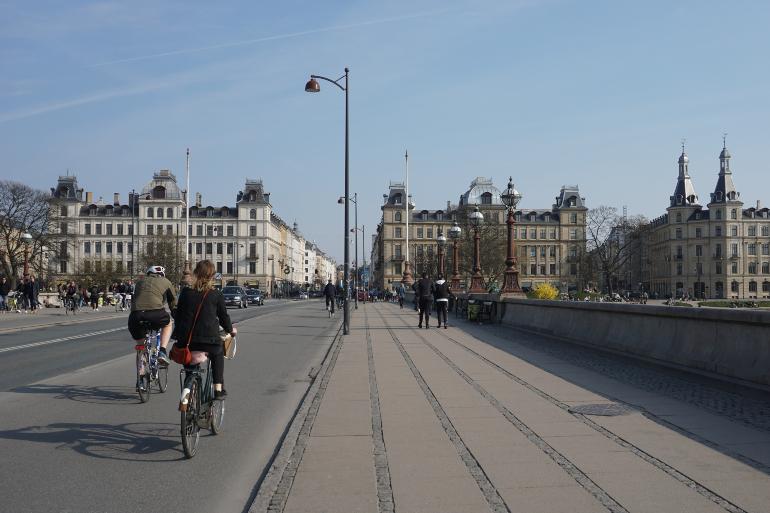 ciclistas por Queen Louise bridge