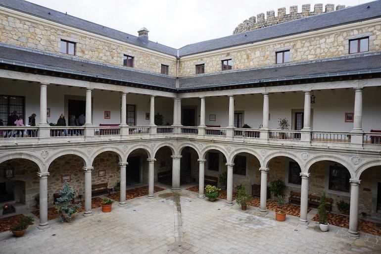 Patio del castillo de las navas del marqués