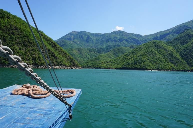 Surcando el lago Koman