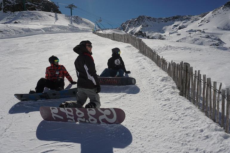 'Snowboarders' descansando