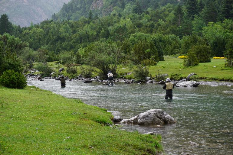 hombres haciendo pesca deportiva en el río ara de bujaruelo