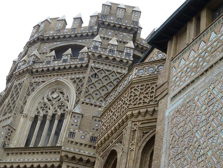 lateral de la seo con cerámicas y azulejos