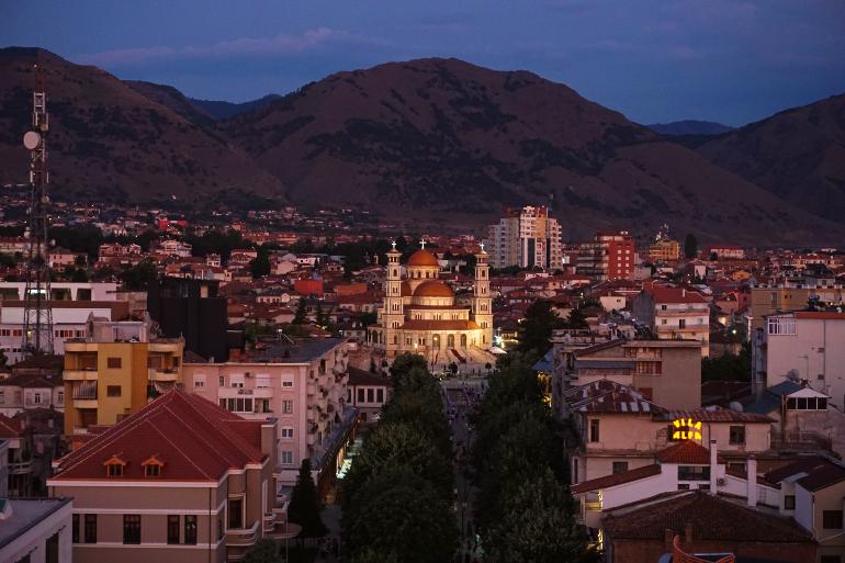Vistas nocturnas de Korçe desde la Torre Roja