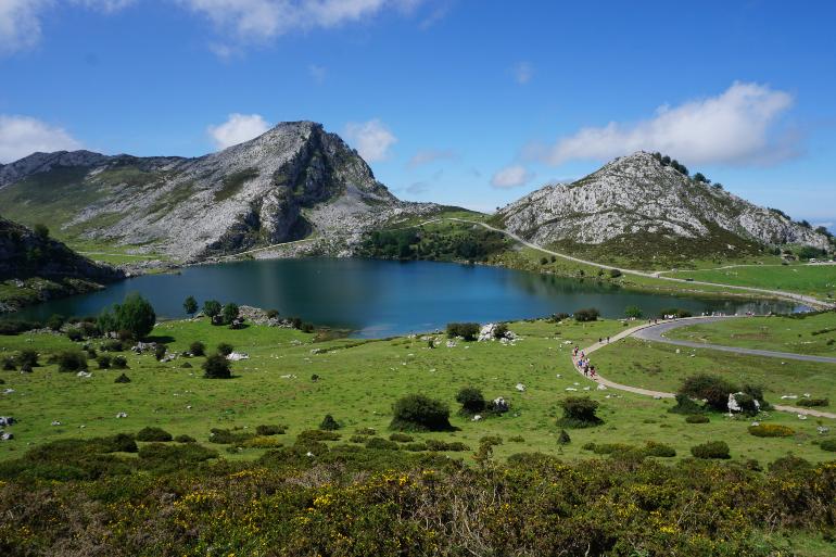vista del lago enol desde el mirador de la picota