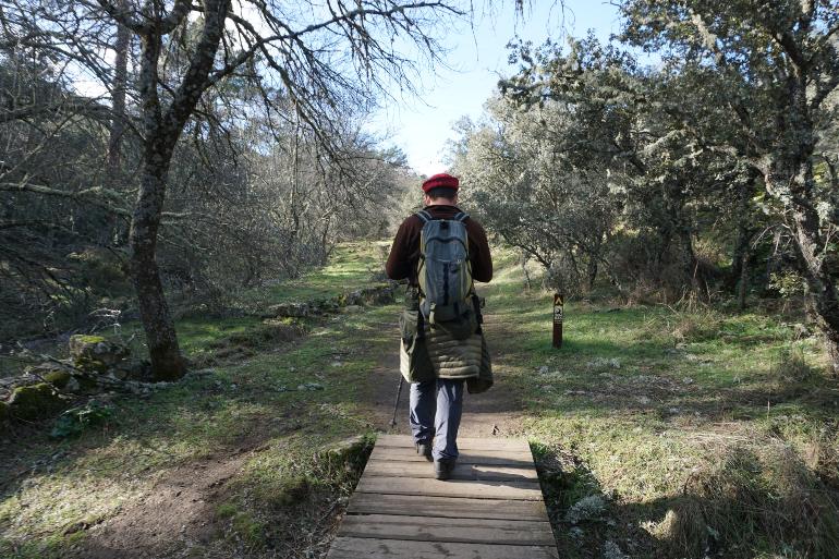 Un chico caminando por la senda