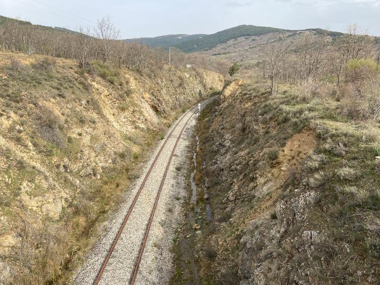 cruzando las antiguas vías de madrid a irún