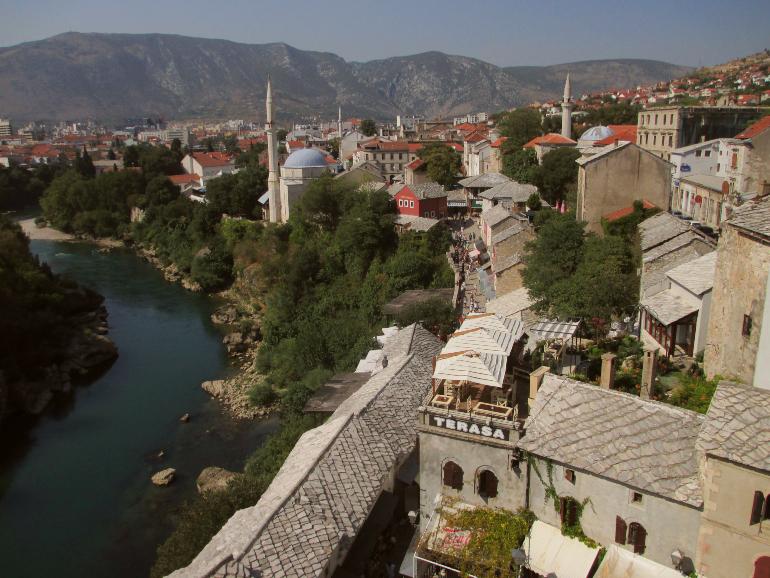 Panorámica de Mostar y del río Neretva desde una de las torres del Puente Viejo
