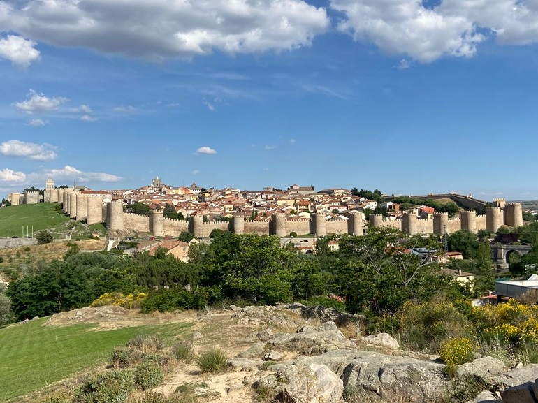 vista de la ciudad amurallada de ávila desde los cuatro postes