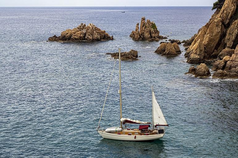 velero en la costa brava