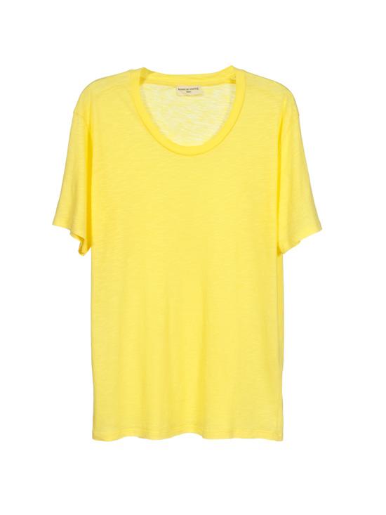 Una fresca camiseta de algodón es un básico para estos días, bien tu opción sea la playa, la piscina o quedarte en la ciudad. La de la imagen es de American Vintage (fantástico su algodón). © American Vintage