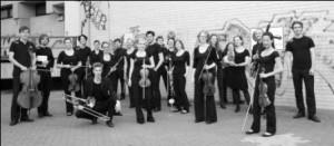 Orchester-im-Treppenhaus2-kl-300×131