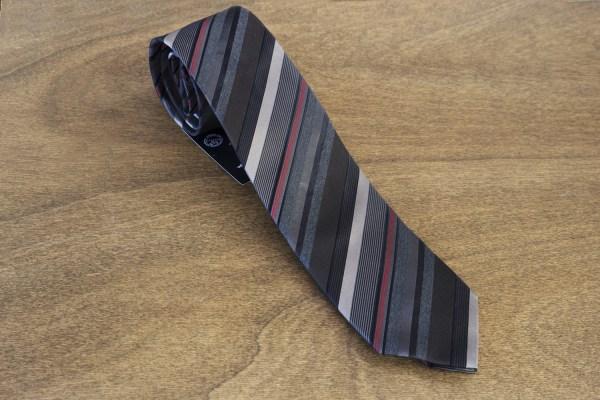 Cravatta a righe fondo grigio scuro mod. 283