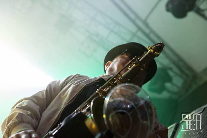 Madness in Italia, il sassofonista Lee Thompson in azione