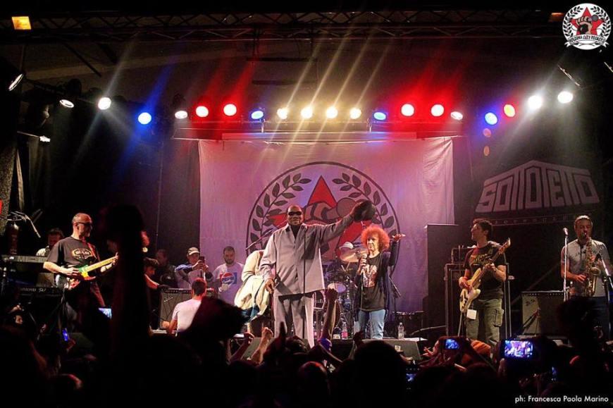 Un'immagine dell'esibizione di Derrick Morgan a Bologna City Rockers