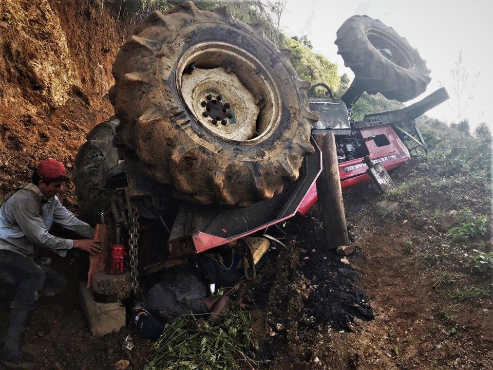 Le cayó el tractor encima mientras lo reparaba 1 18 enero, 2020