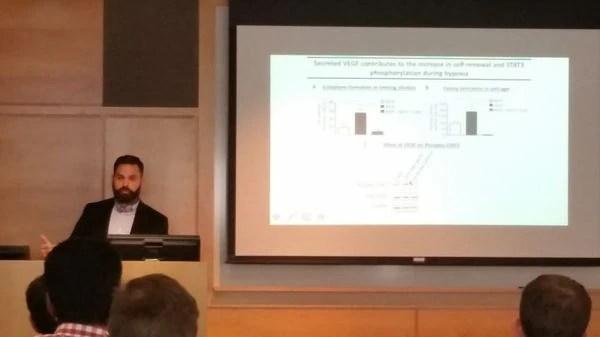 El joven científico ofreciendo una charla en Harvard, en el New England Neuro-Oncology Symposium. GENTILEZA.