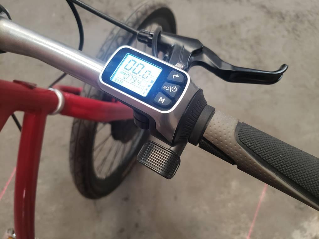 Estas bicicletas cuentan con una pantalla LCD que indica el estado de carga de la batería, la velocidad, kilometraje y tiempo recorrido. Foto: Gentileza.