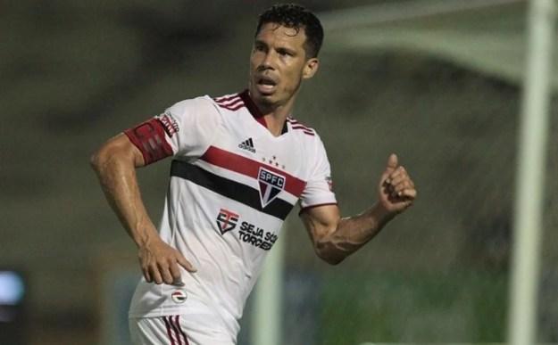 Hernanes durante derrota do São Paulo contra o 4 de Julho