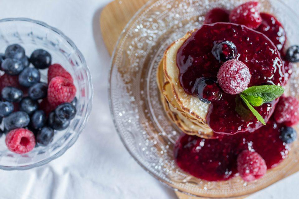 Buttermilch Pancakes mit Beerensauce