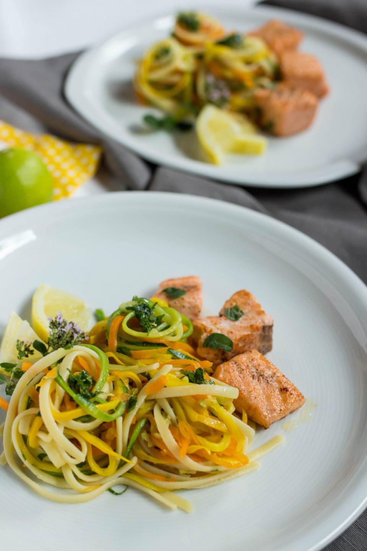 Zucchini-Möhrennudeln mit Pasta Bavette und Lachs