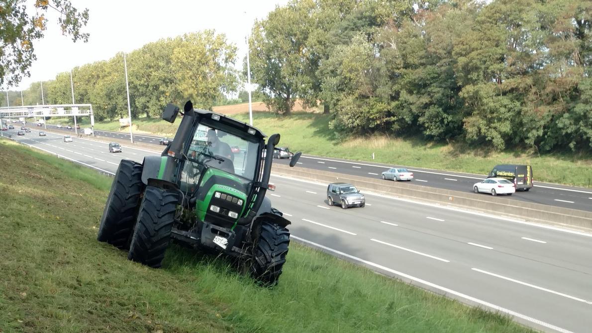 De wetgever is ditmaal snel en past de regelgeving aan zodat tractoren niet meer op de autosnelweg zouden komen, met uitzondering van deze die het onderhoud van de wegbermen verzorgen.