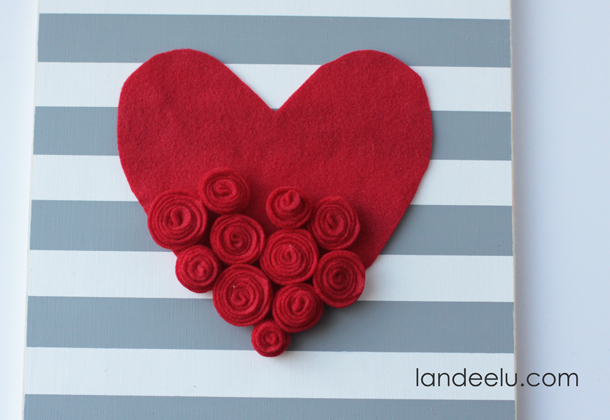 DIY Valentine's Day Board with Felt Rosettes | landeelu.com Such a cute sign to make for Valentine's Day this year!