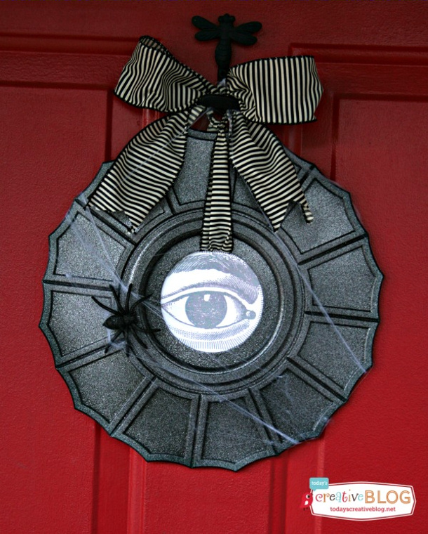 Halloween-Wreath-from-Ceiling-Medallion-TodaysCreativeBlog.net_