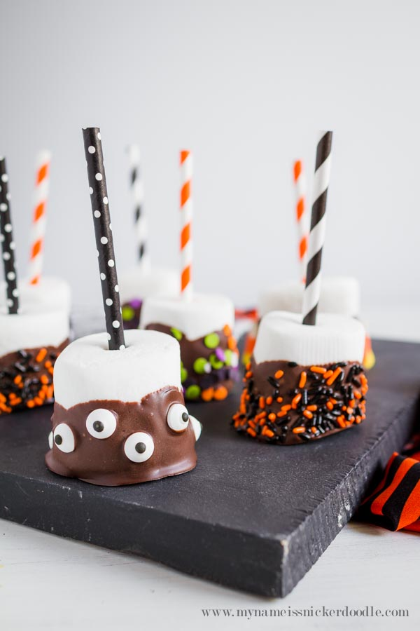 It's Halloween treats and a craft all in one!  Yummy Halloween Marshmallow Pops