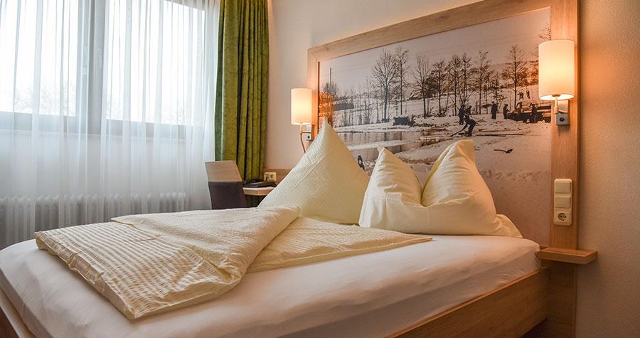 Hotelzimmer mit Bett und Fenster