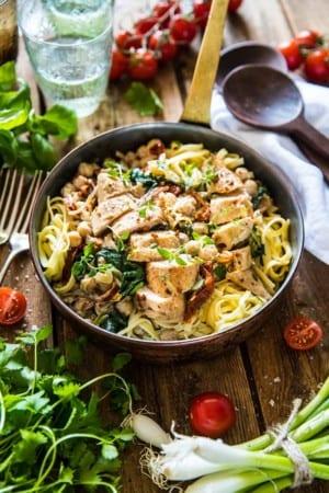 Kyckling i gräddsås med pasta, soltorkade tomater, spenat och vitlök