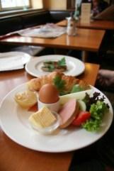 petit Déjeuner im Café