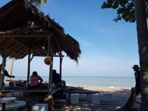 Gemütliches Treiben am Strand von Ao Thong Yee
