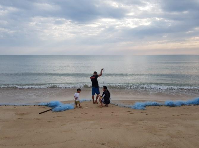 Morgens kann man schon mal Familien beim Fischen beobachten