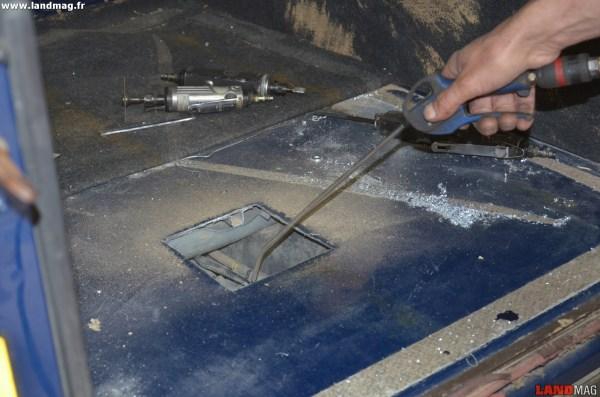 11- Il est primordial de nettoyer à fond les alentours de la pompe : dessus du réservoir, tour de la collerette, espaces entre les tuyaux de carburant.