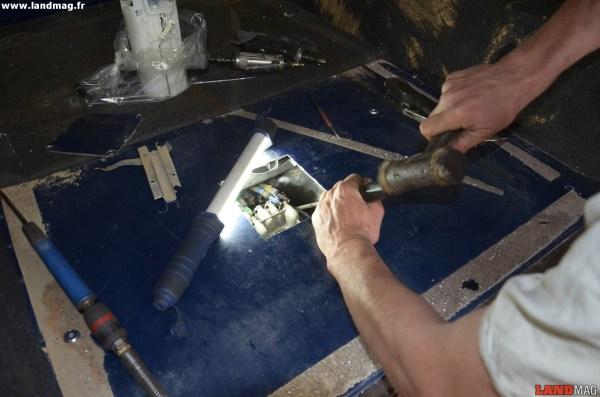 16- Pour dévisser la collerette en plastique de la pompe, prendre appui sur ses ergots avec un gros tournevis et le frapper.