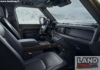 La planche de bord est nette et précise, avec un écran tactile de taille contenue et le levier de vitesses surélevé.
